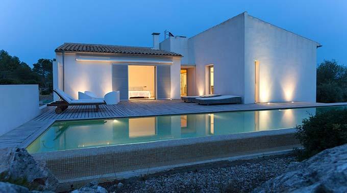 Die brilliante Beleuchtung trägt zum Flair dieser Mallorca Villa zu kaufen in Pollensa bei