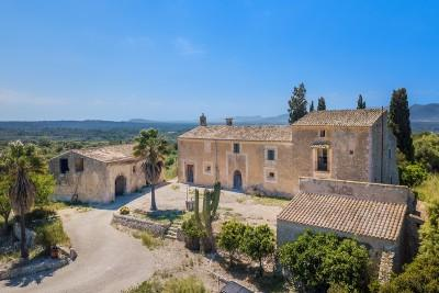 Impressive old manor house to reform for sale in the countryside near Llubí, Mallorca
