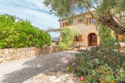 Stone-faced country villa for sale near the sea minutes away from Puerto Pollensa, Mallorca