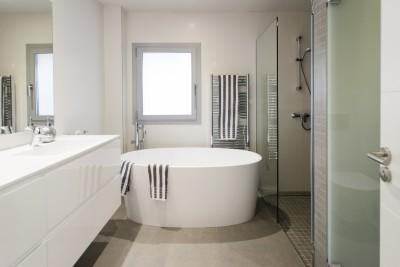 Fitted bathroom with independendt bath tub