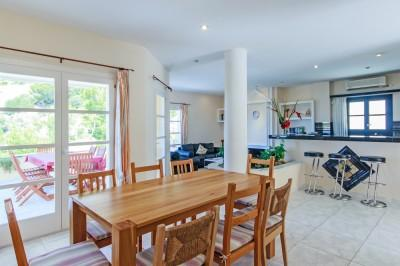 villa-cala-llamp-dining-open-kitchen