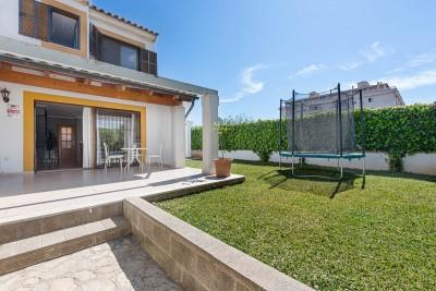 Semi-detached house with community pool for sale in Puerto Alcudia, Mallorca
