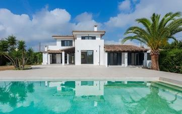 Reformed country villa with sea views and rental license for sale in a privileged area of Pollensa, Mallorca