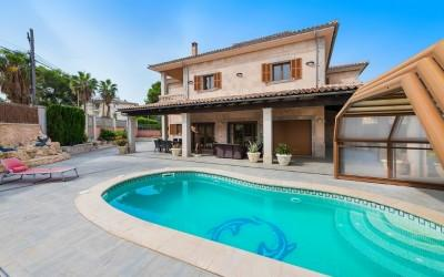 Villa in urban area with large patio and pool for sale in Can Picafort, Mallorca