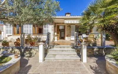 This beautiful villa, located very close to the beach, for sale in Puerto de Alcudia, Mallorca