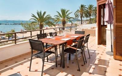 Frontline apartment with tourist license for sale in Puerto Pollensa, Mallorca