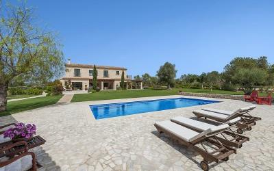 Country house with large garden and pool for sale in Llucmajor, Mallorca