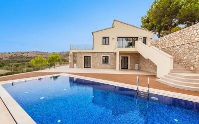 Exclusive villa with rental license for sale by the golf course in Canyamel, Mallorca