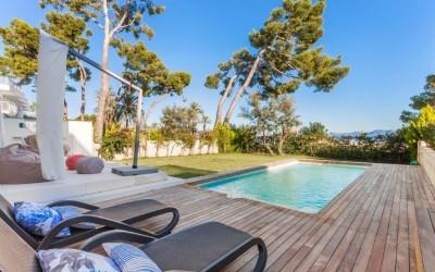 Beachfront apartment with pool for sale in Puerto Alcudia, Mallorca