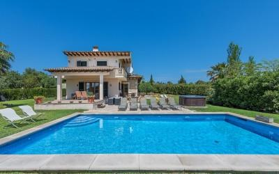 Bargain Property for sale ! Villa with ETV rental license, pool and jacuzzi for sale in Alcudia, Mallorca