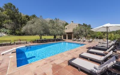 Spacious house with tennis court for sale close to Cala Sant Vincente, Mallorca