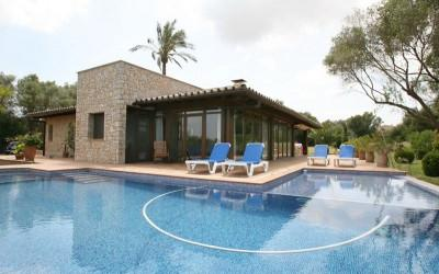 Ideal property for sale with 4 bedrooms, lovely gardens and private pool, Mallorca centre.