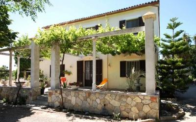 Country house with lots of potential in need of refurbishment in walking distance to the centre of Binissalem, Mallorca