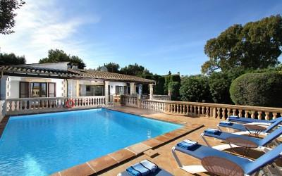 Motivated seller! Charming villa with pool and rental licence for sale near the beach of Bon Aire, Alcudia, Mallorca