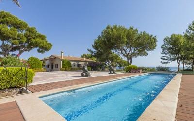 Sea front estate for sale in Pollensa bay, Mallorca