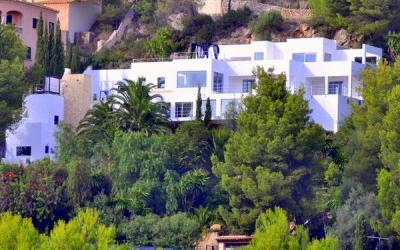 Mallorca Villas: a superior Son Vida villa with sea and golf views