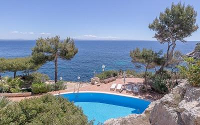 Stunning seafront apartment for sale in Cala Vinyas, Mallorca