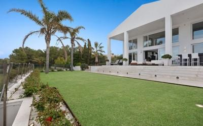 Fabulous beachfront villa for sale in Alcudia, Mallorca