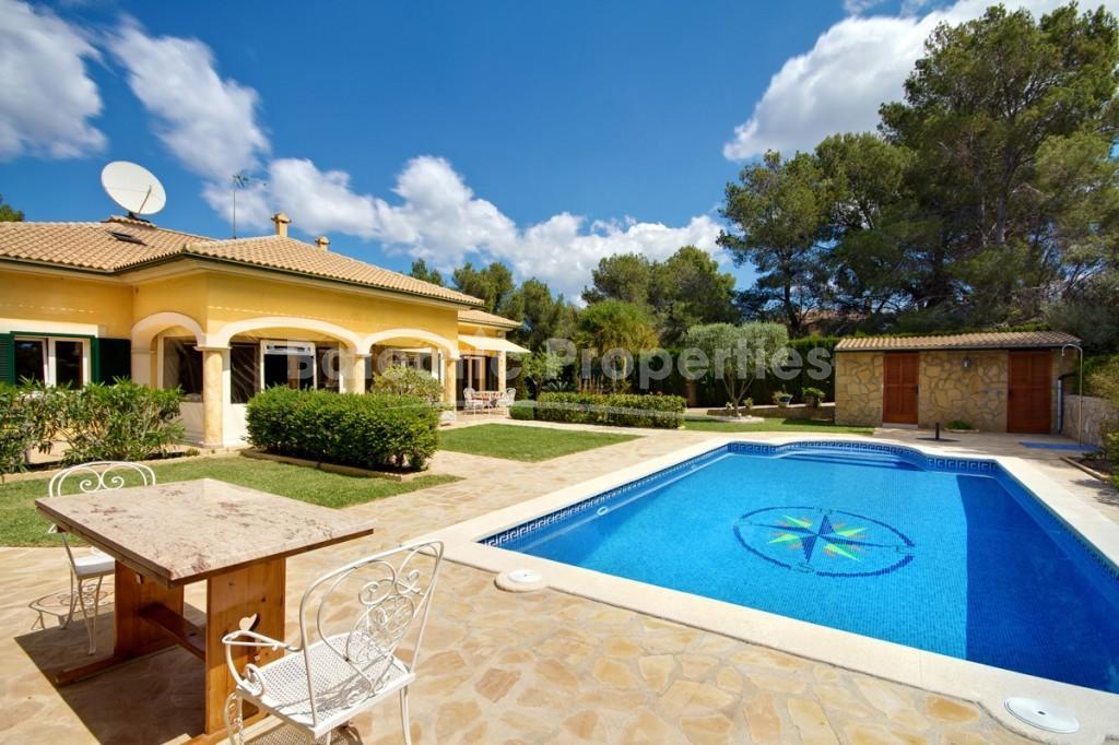 Chalet unifamiliar con jard n y piscina en santa ponsa for Piscina y jardin mallorca